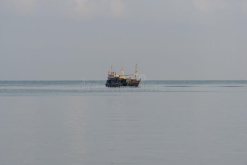 Ein kleines Fischerboot wird verankert Stoppen Sie zurück vom Fischen nahe der Küste stockfotografie