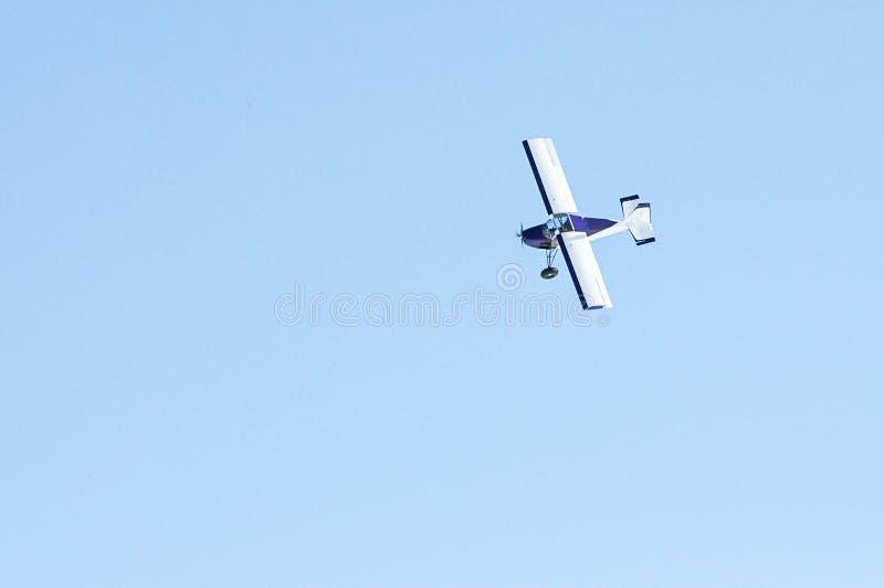 Ein kleines flaches Fliegen im blauen Himmel stockbilder