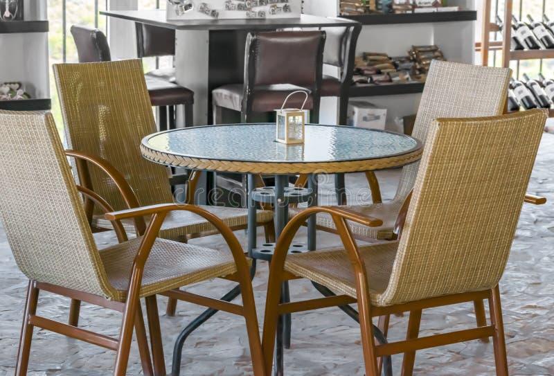 Ein kleines gemütliches typisches Café in Zypern Aus Weiden geflochtene traditionelle Stühle oder Stockstühle um einen Rundtisch stockbild