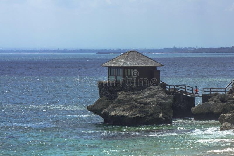 Ein kleines Haus an einem Felsen, Kubu-Strand, Jimbaran, Bali stockfotografie
