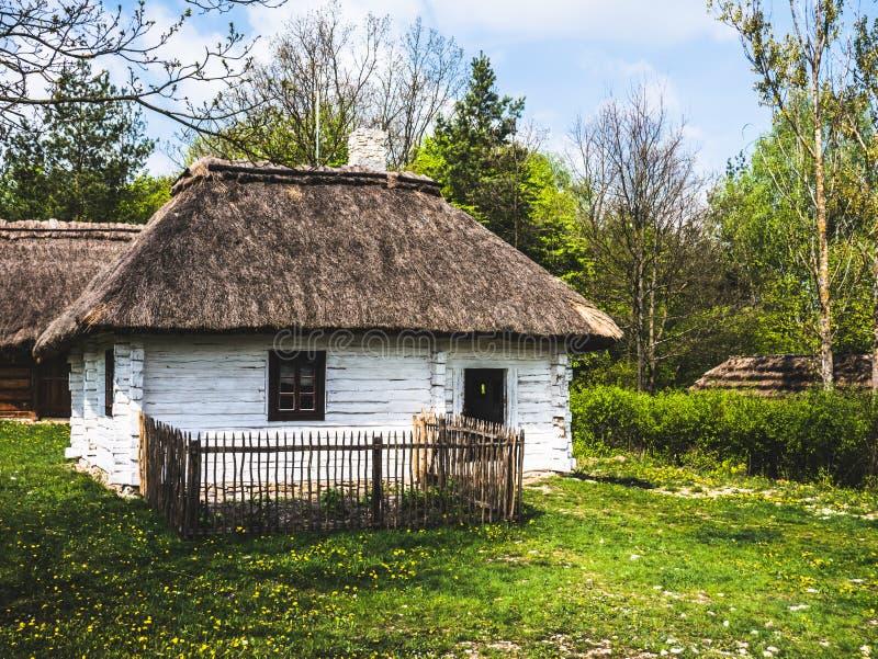 Ein kleines Holzhaus in der Landschaft lizenzfreie stockfotografie