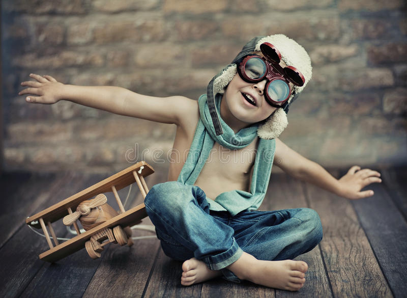 Ein kleines Jungenspielen stockfoto