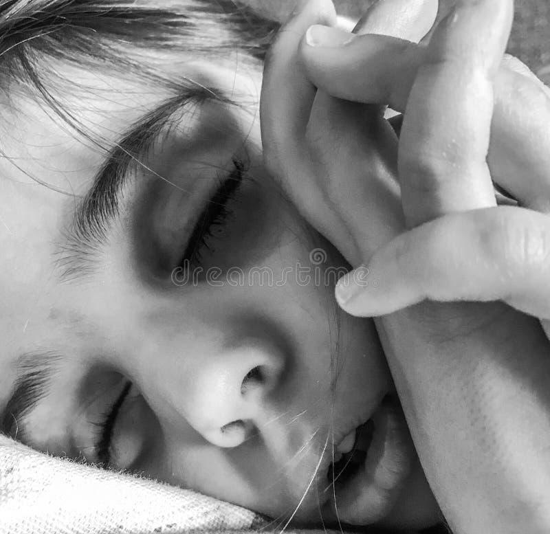 Ein kleines Mädchen, das ein Schläfchen hält stockbilder