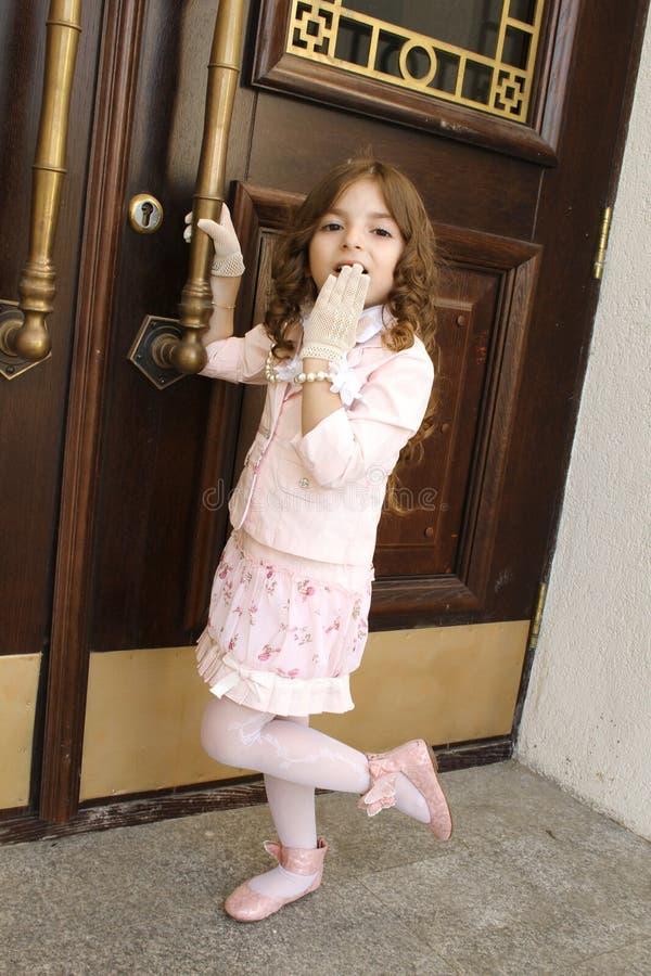 Ein kleines Mädchen gekleidet wie eine Dame lizenzfreie stockfotos