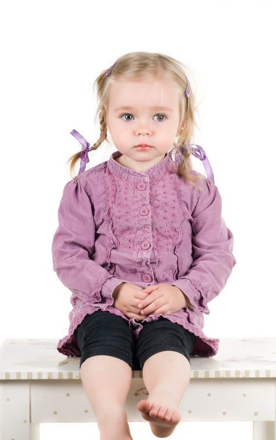 Ein kleines Mädchen im Studio lizenzfreie stockfotos