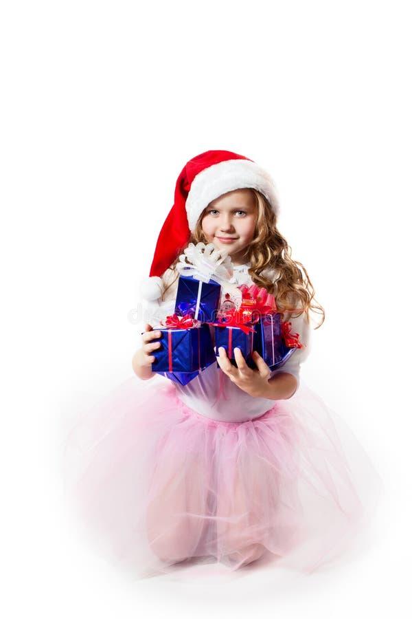 Ein kleines Mädchen mit den Geschenken lizenzfreie stockbilder