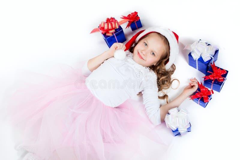 Ein kleines Mädchen mit den Geschenken stockfotografie