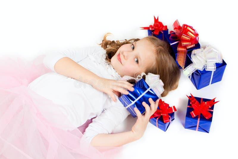 Ein kleines Mädchen mit den Geschenken stockbilder