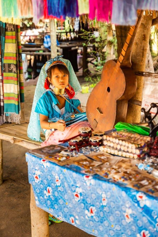 Ein kleines Mädchen mit einem langen Hals und Ringe auf ihrer Herstellungsseide im langen Halsdorf stockfotografie