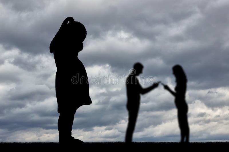 Ein kleines Mädchen schreit und sieht, wie ihre Eltern ständig streiten stockfotografie