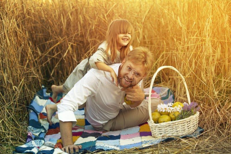 Ein kleines Mädchen spielt mit ihrem Vati stockbild