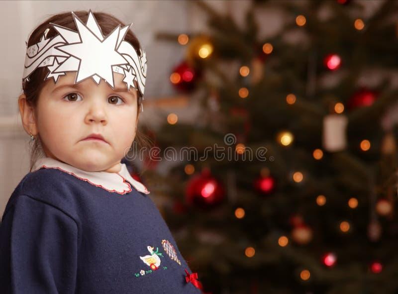 Ein kleines Mädchen- und Weihnachtsbaum lizenzfreie stockfotografie
