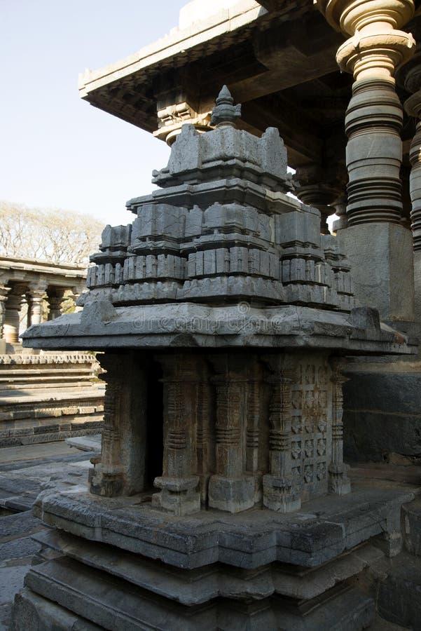 Ein kleines mandapam oder ein Minipavillon am Eingang von Hoysaleswara-Tempel bei Halebidu, Karnataka, Indien lizenzfreies stockbild