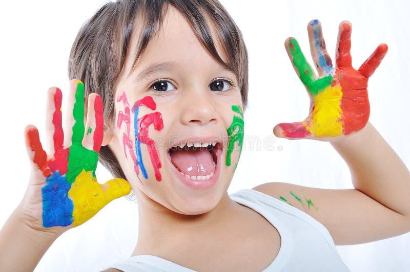 Ein kleines nettes Kind mit einigen Farben lizenzfreie stockfotografie