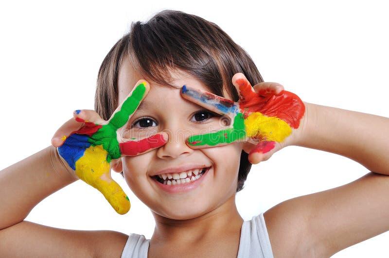 Ein kleines nettes Kind mit Farben lizenzfreies stockbild