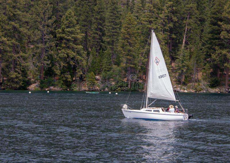 Ein kleines Segelboot auf Lake Tahoe stockfoto