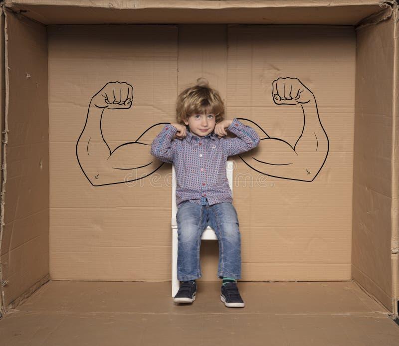 Ein Kleinunternehmer zeigt seine Stärken während eines Vorstellungsgesprächs stockbild