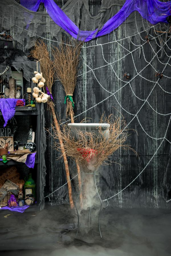 Ein kochender Trank im Hexe ` s großen Kessel in einer Dunkelkammer mit Mag stockbild
