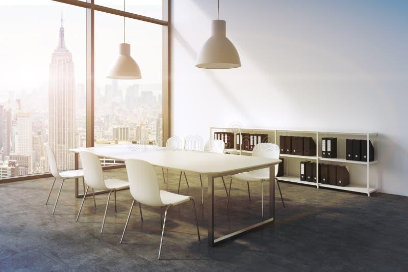 Ein Konferenzsaal in einem modernen panoramischen Büro in New York Weiße Tabelle, weiße Stühle, zwei weiße Deckenleuchten und ein lizenzfreie abbildung