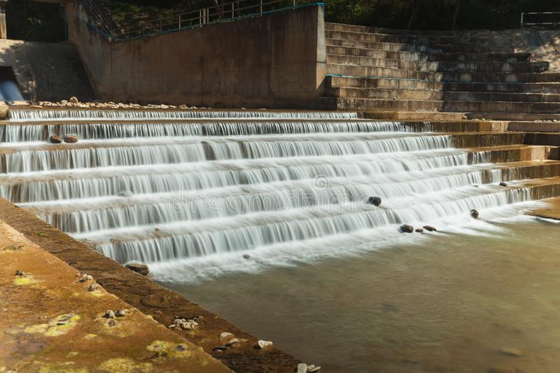 Ein konkretes Wehr blockiert den Fluss, um Wasser f?r die Landwirtschaft und Verbrauch zu speichern stockbild