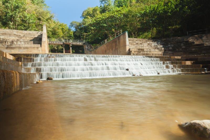 Ein konkretes Wehr blockiert den Fluss, um Wasser f?r die Landwirtschaft und Verbrauch zu speichern lizenzfreies stockfoto