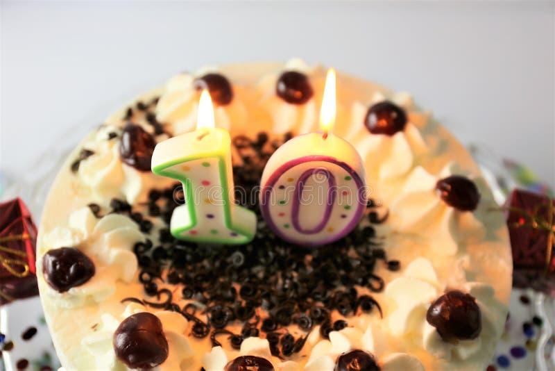 Ein Konzeptbild eines Geburtstagskuchens mit Kerze - 10 stockfotos