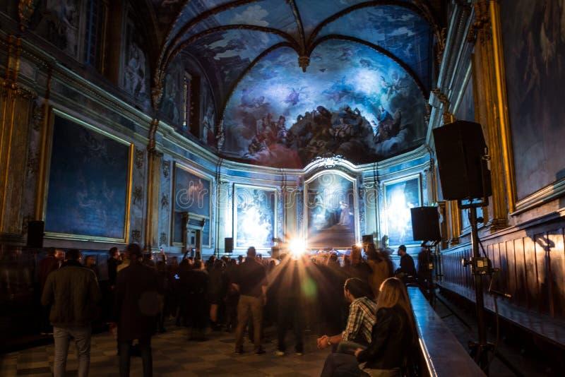 Ein Konzert der elektronischen Musik, gehalten in einer Kapelle, in Toulouse, Frankreich lizenzfreie stockfotografie