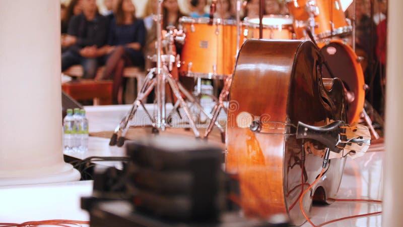 Ein Konzert im Konzertsaal Eine Trommelausrüstung und -Tonausrüstung stockfoto
