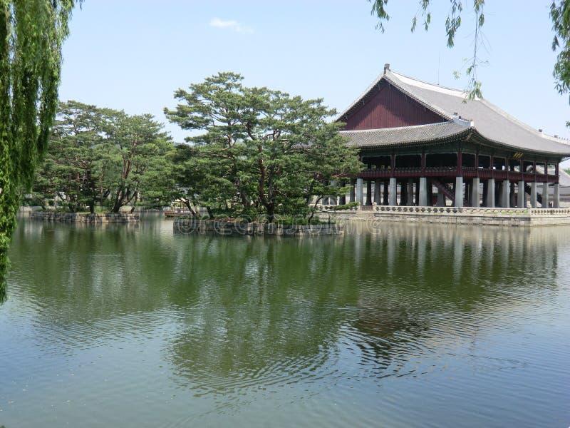 Ein koreanischer See und ein Palast in Seoul, Südkorea stockbilder