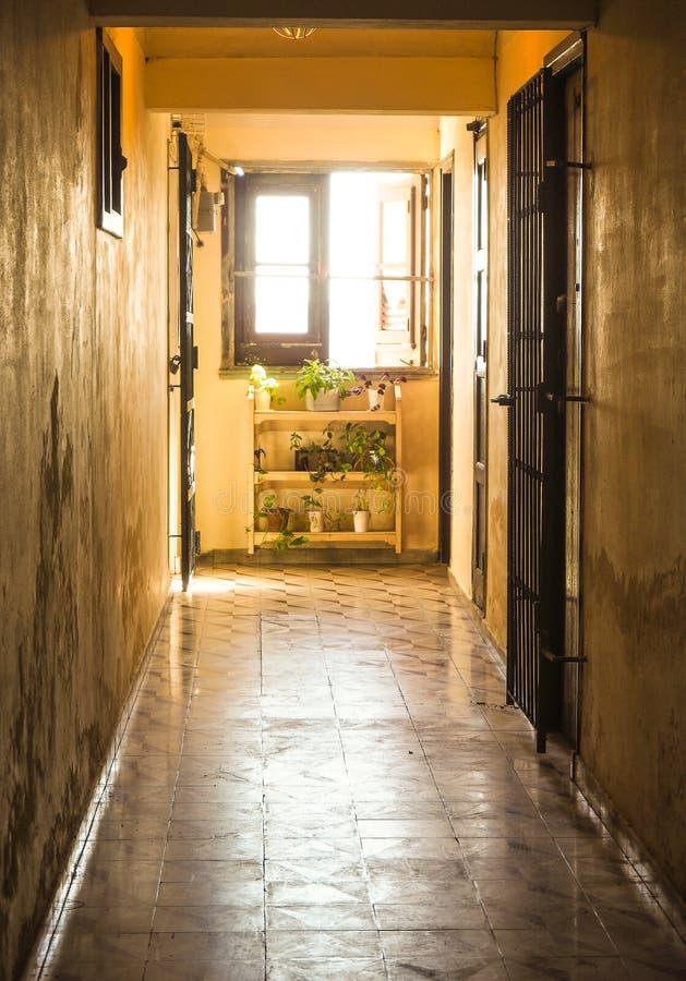 ein Korridor in einem alten kubanischen Haus lizenzfreies stockfoto