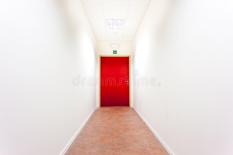 Ein Korridor mit einem Fluchtweg lizenzfreies stockbild