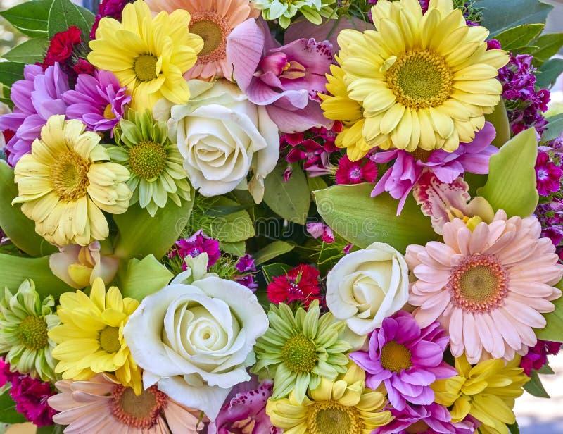 Ein Kranz von bunten Blumen stockfotografie