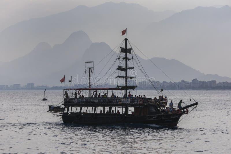 Ein Kreuzfahrtboot in Antalya in der Türkei stockfotos