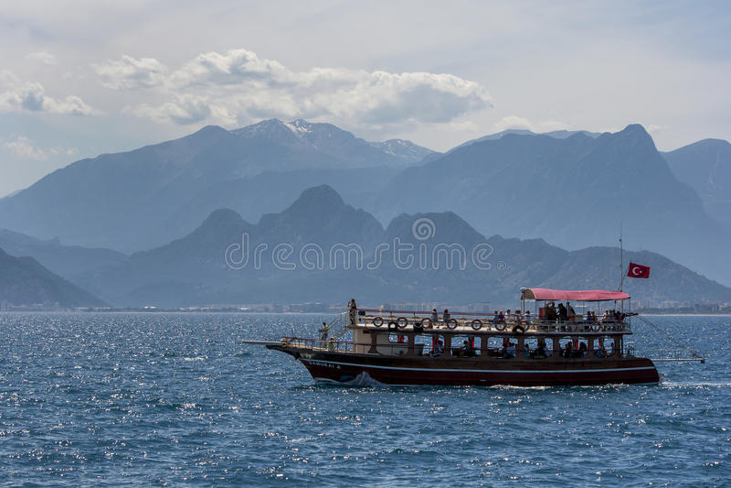 Ein Kreuzfahrtboot segelt durch Antalya-Bucht in Antalya, die Türkei lizenzfreie stockbilder