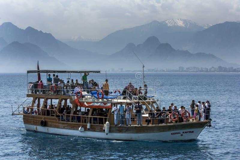 Ein Kreuzfahrtboot segelt durch Antalya-Bucht vor Antalya in der Türkei lizenzfreies stockbild