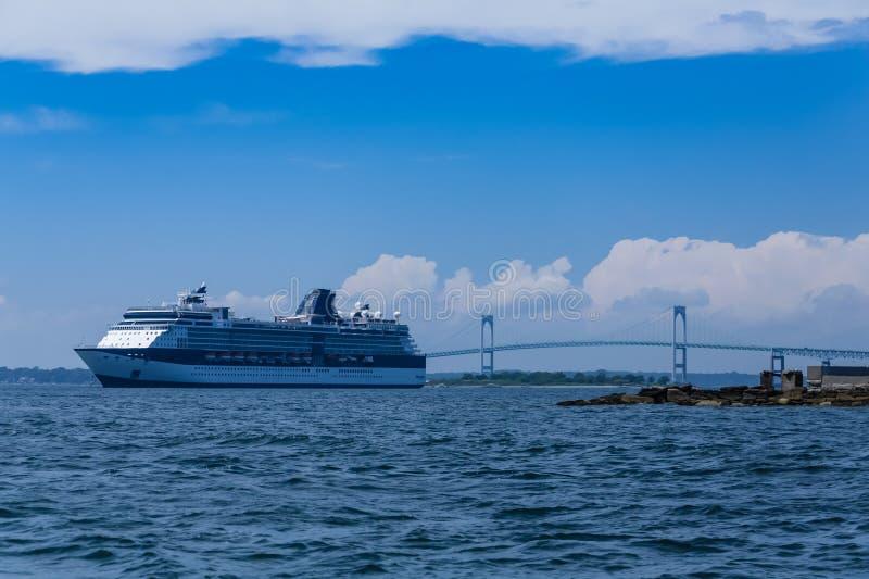 Ein Kreuzschiff durch die Newport-Brücke lizenzfreie stockfotografie