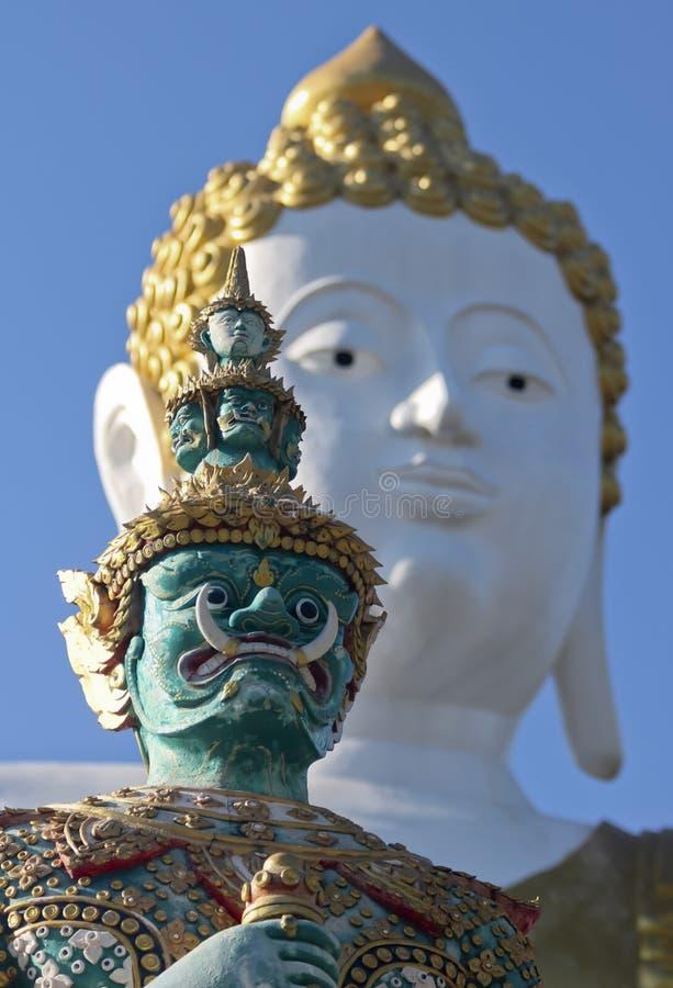Ein Krieger und ein Buddha, Wat Phra That Doi Kham-Tempel, Chiang Mai, Thailand stockbilder