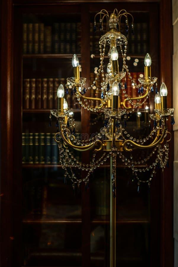Ein Kristallleuchter des klassischen britischen Entwurfs in einer Bibliothek - 2 stockbilder