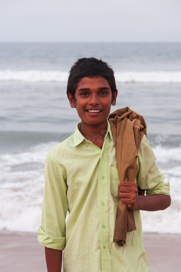 Ein lächelnder lokaler Junge wirft für ein Foto bei Marina Beach in Chennai auf lizenzfreies stockfoto