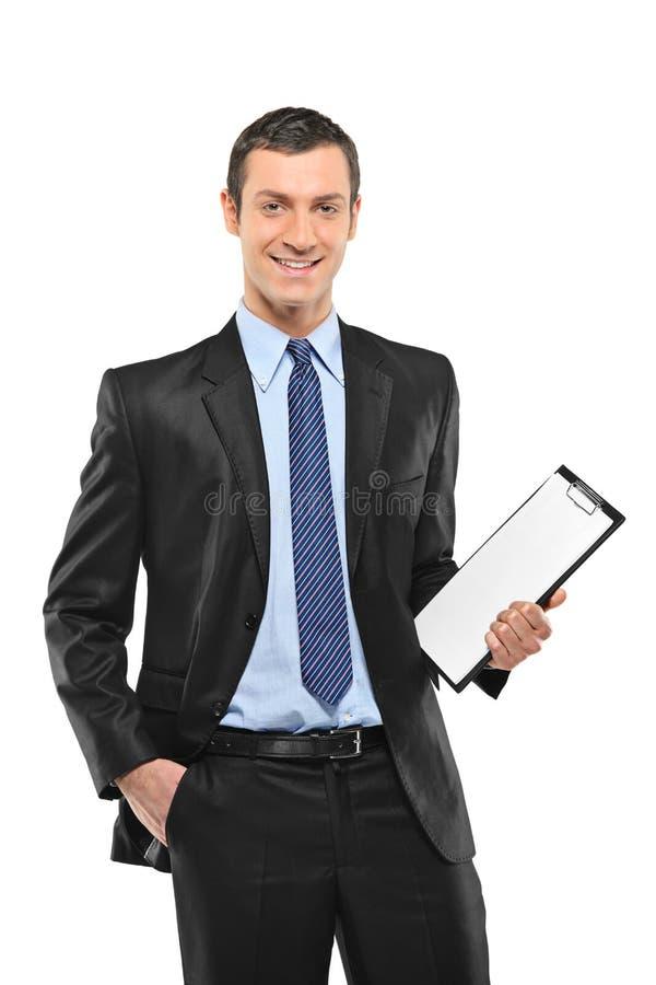 Ein lächelnder Wirtschaftler, der ein unbelegtes Klemmbrett anhält stockfotos
