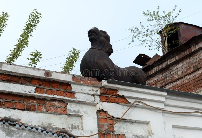 Ein Löwe über einem Bogen, der zu den Hof des Kaufleute ` Hauses Morosow auf der sozialistischen Allee in Barnaul führt lizenzfreie stockbilder