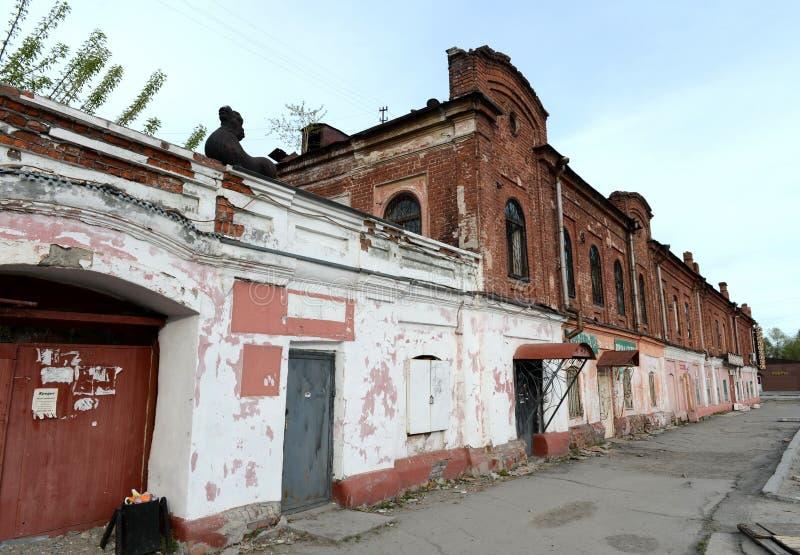 Ein Löwe über einem Bogen, der zu den Hof des Kaufleute ` Hauses Morosow auf der sozialistischen Allee in Barnaul führt lizenzfreies stockfoto