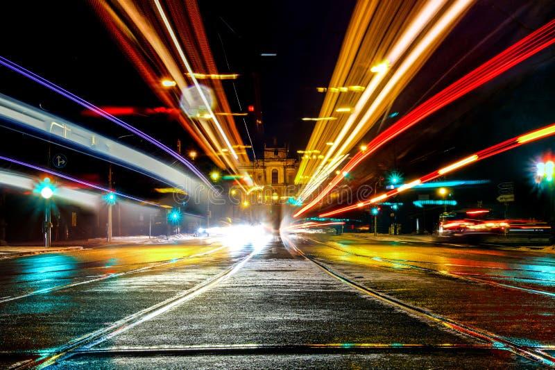 Ein langer Belichtungsschuß des maximilianstreet in München, Deutschland, mit den Lichtern der Autos lizenzfreies stockbild