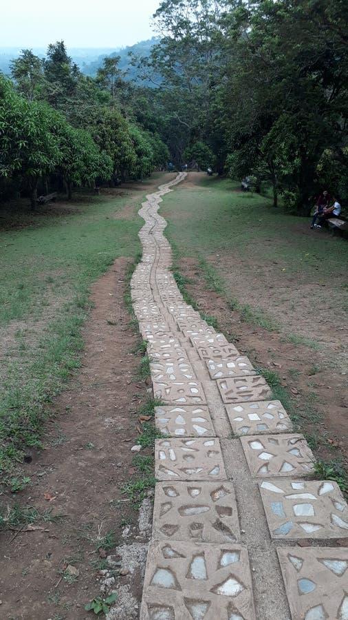 Ein langer Steinweg mit Marmordesign lizenzfreie stockfotografie