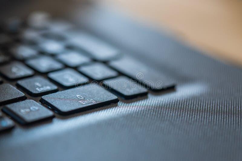 Ein Laptop auf einer schmutzigen Arbeitsfläche in der Industrie stockfotos