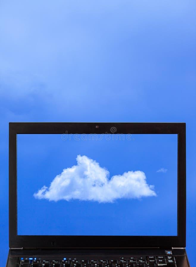 Ein Laptop mit Wolken - Wolkendatenverarbeitung stockfotografie