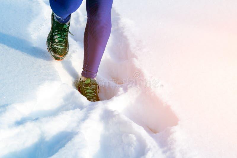 Ein laufender Winter der jungen Frau stockbild