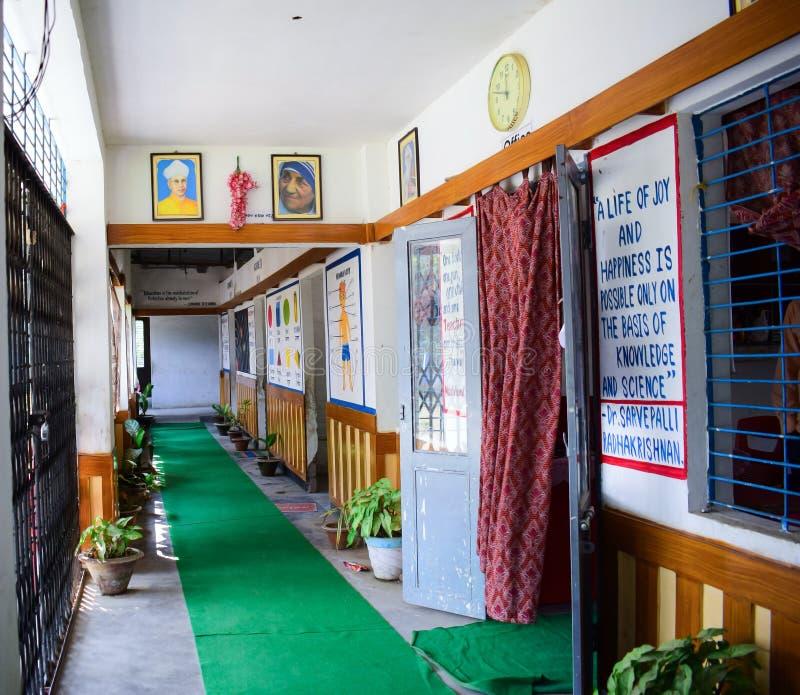 Ein leerer Kindergartenschulkorridor lizenzfreie stockbilder