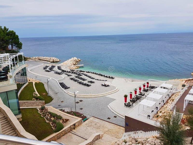 ein leerer Strand mit Stühlen und Meer lizenzfreie stockbilder
