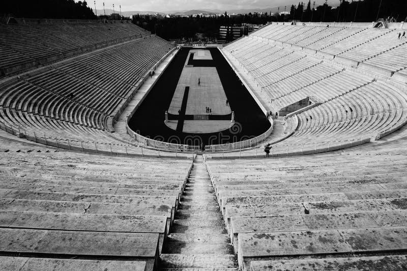 Ein leeres großes Stadion mit dem Feld stockbild